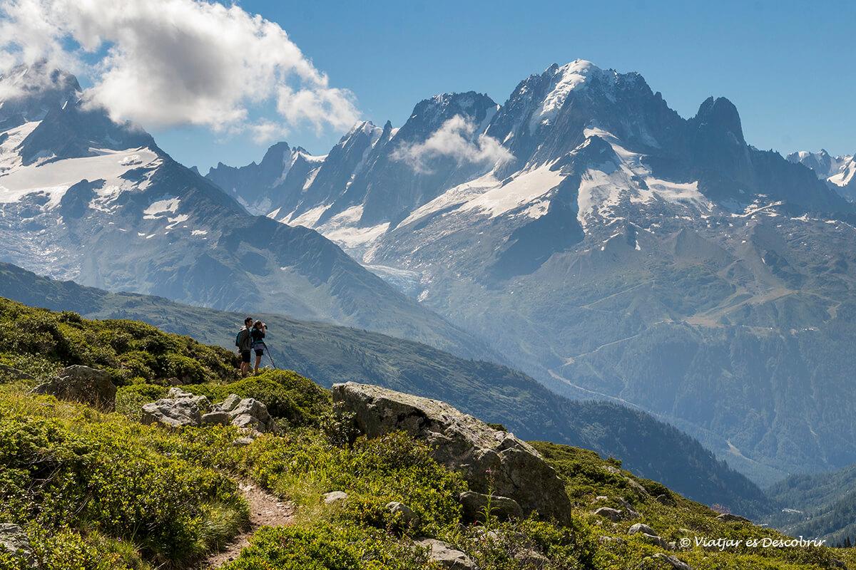 senderismo entre los paisajes escarpados de los alpes franceses