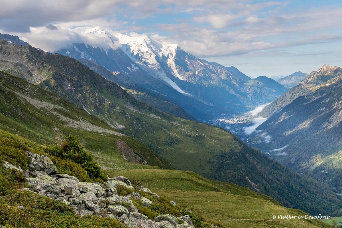 vista del valle de chamonix durannte la ascensión al refugio de alberto I