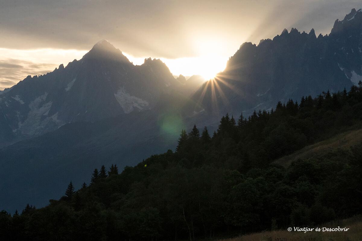 salida del sol cerca de chamonix durante el viaje a los alpes franceses