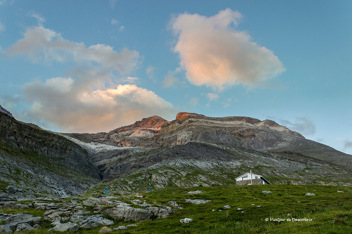 refugio del pirineo para ascender al monte perdido