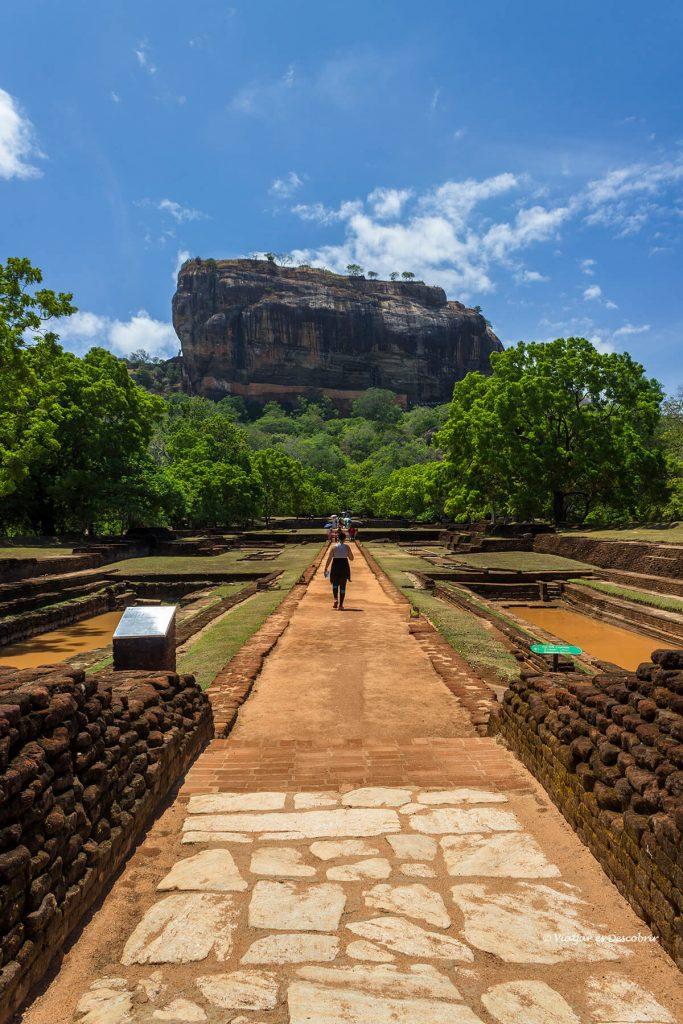 vista de la roca de Sigiriya desde la entrada a la fortificación