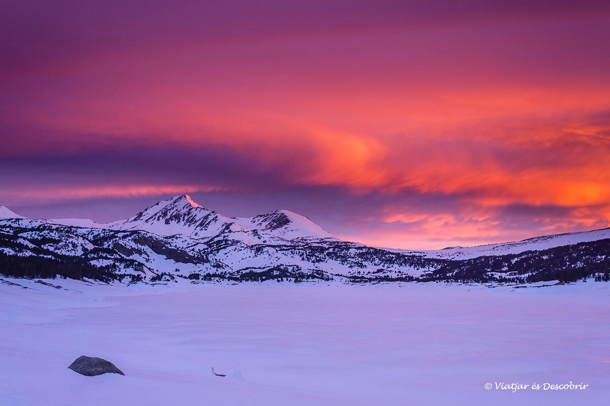 amanecer mágico en invierno cerca de un refugio del pirineo