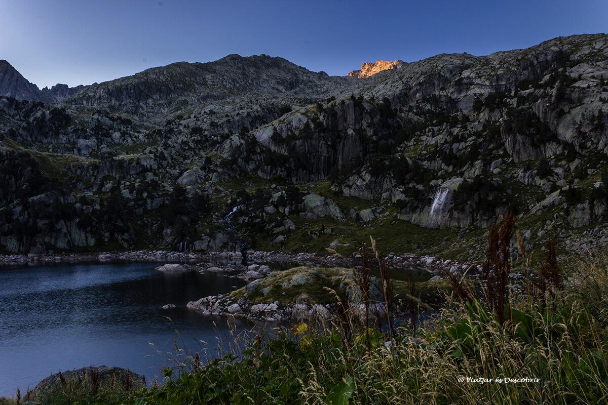 refugio del pirineo en el amanecer en colomers