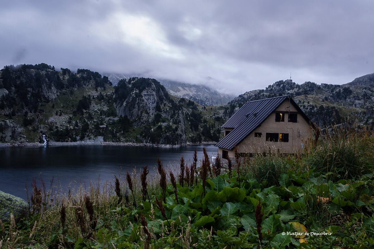 refugio de colomers frente el lago