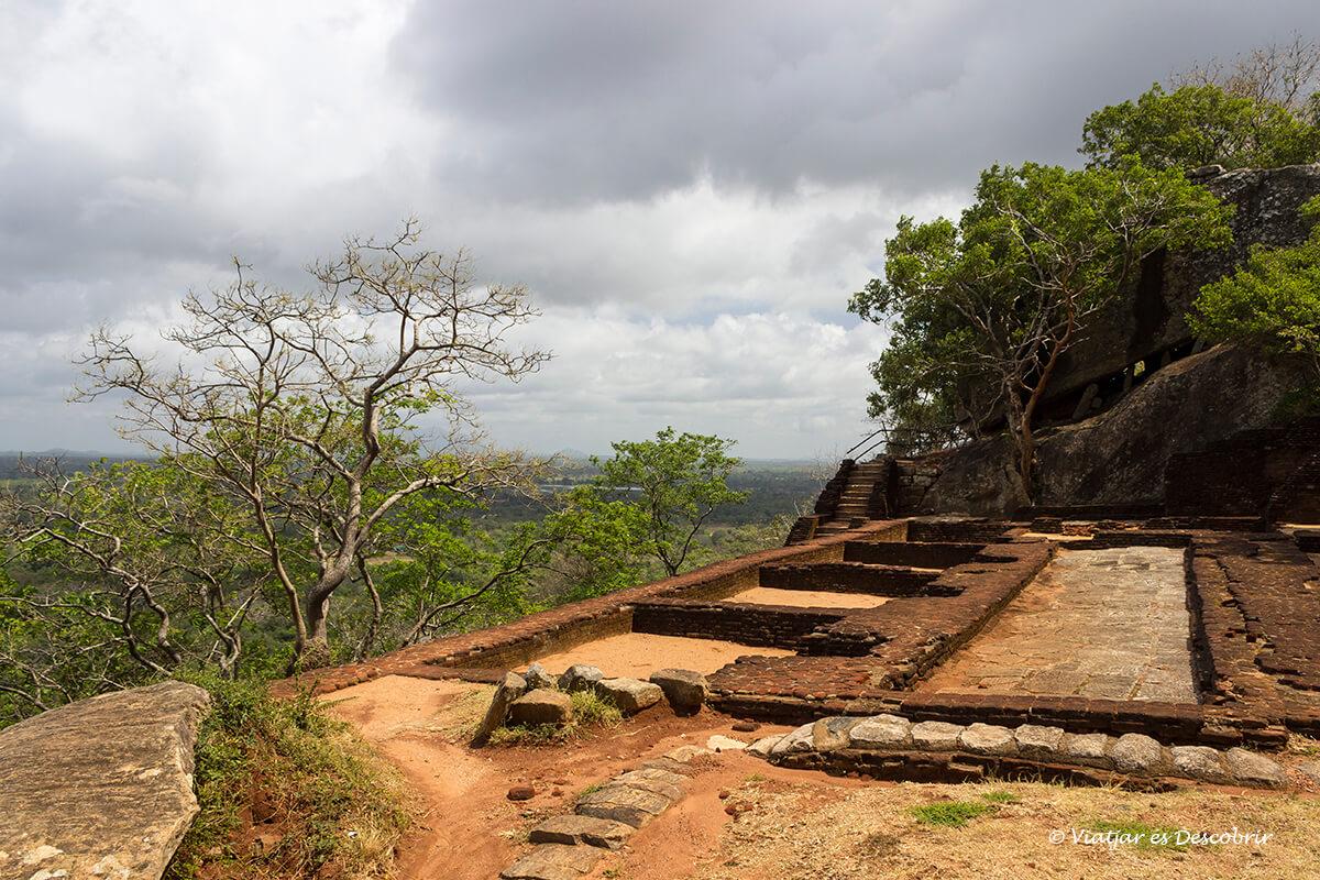 fortificación de Sigiriya desde la cima de la roca del león