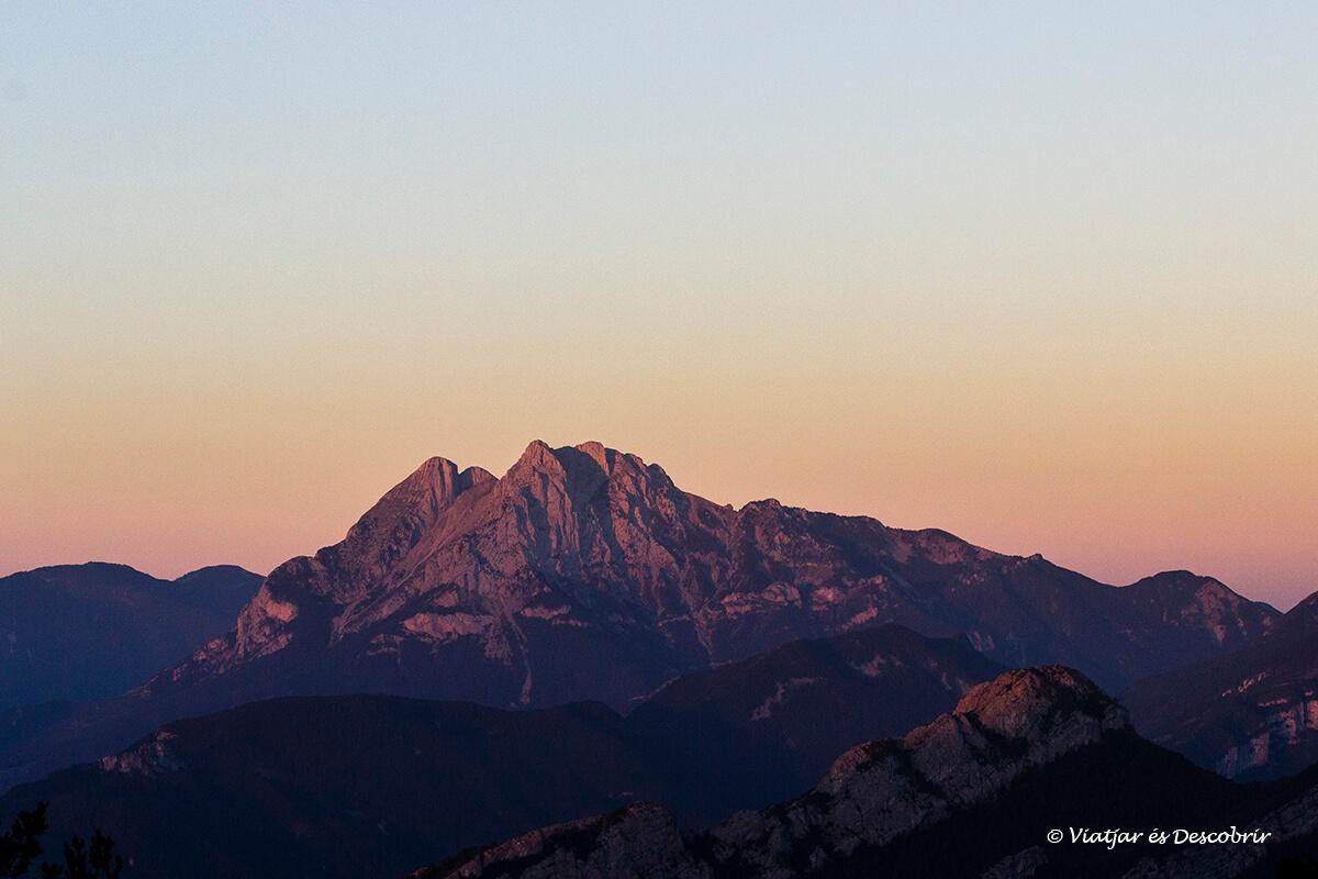refugio del pirineo con vistas al pedraforca