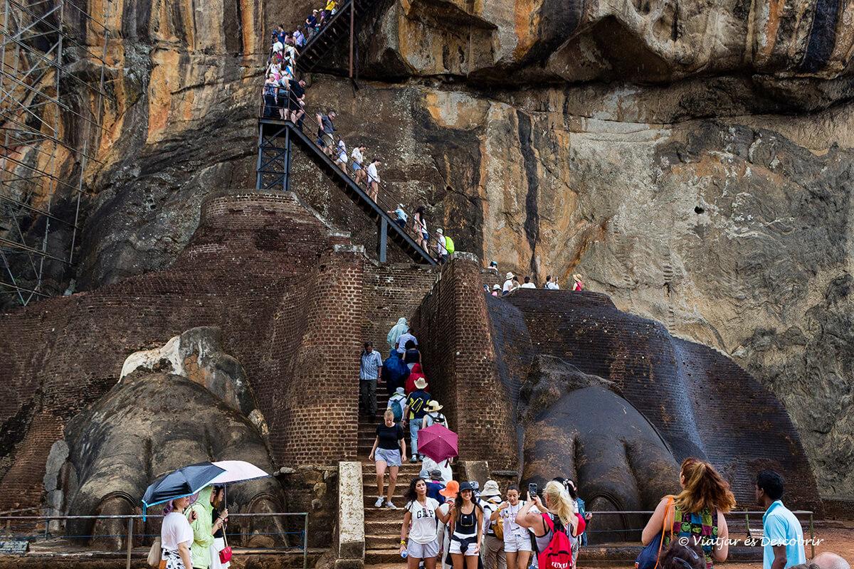 garras del león en la entrada del palacio de Sigiriya
