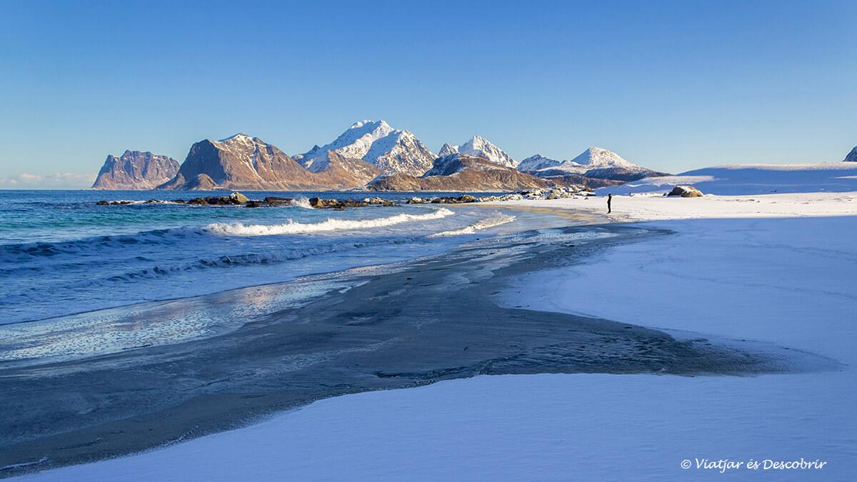 paisaje nevado de la playa en las islas Lofoten