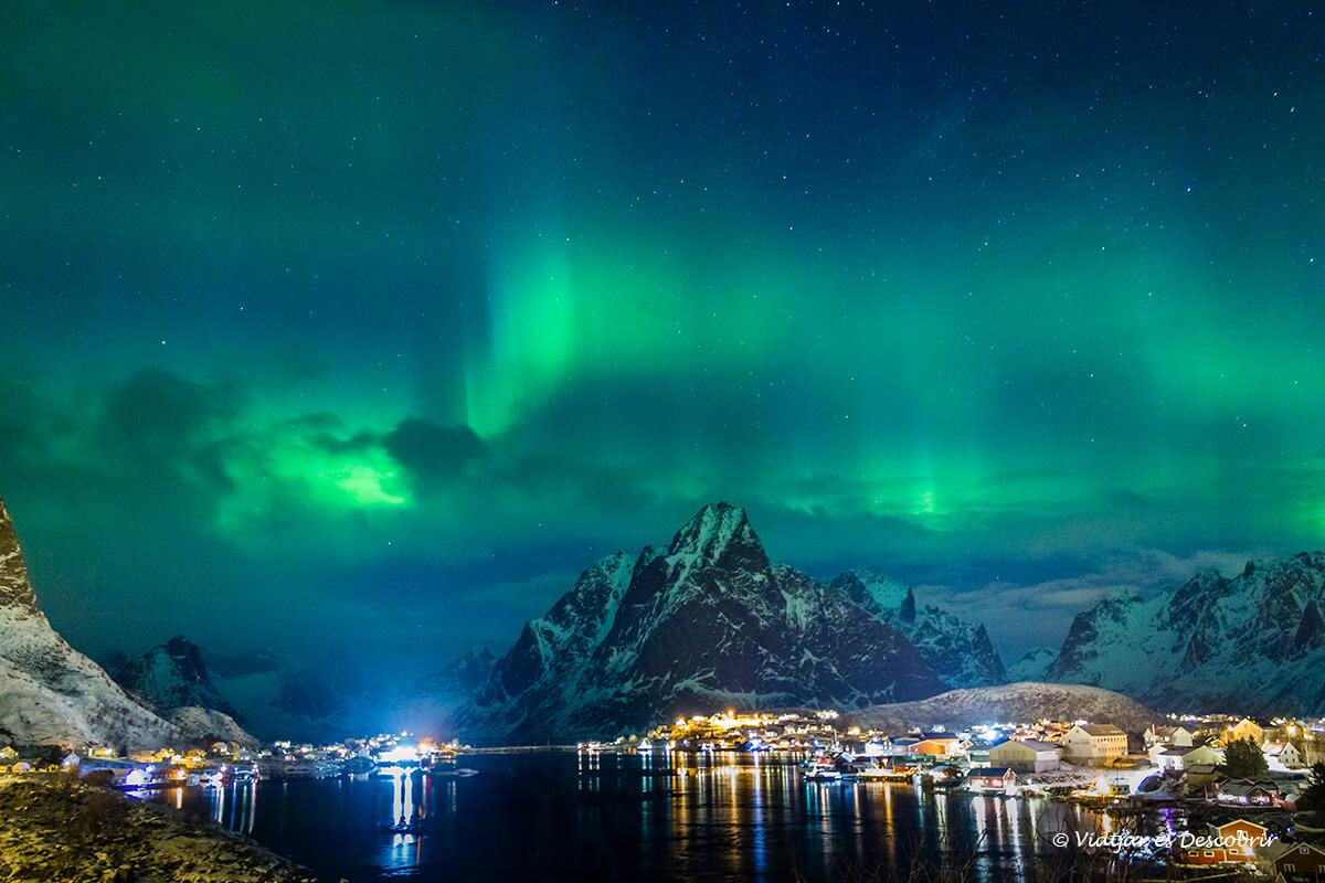 aurora boreal intensa sobre el pueblo de reine en noruega