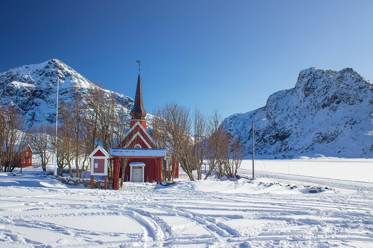 Flakstad Kirke rodeada de nieve