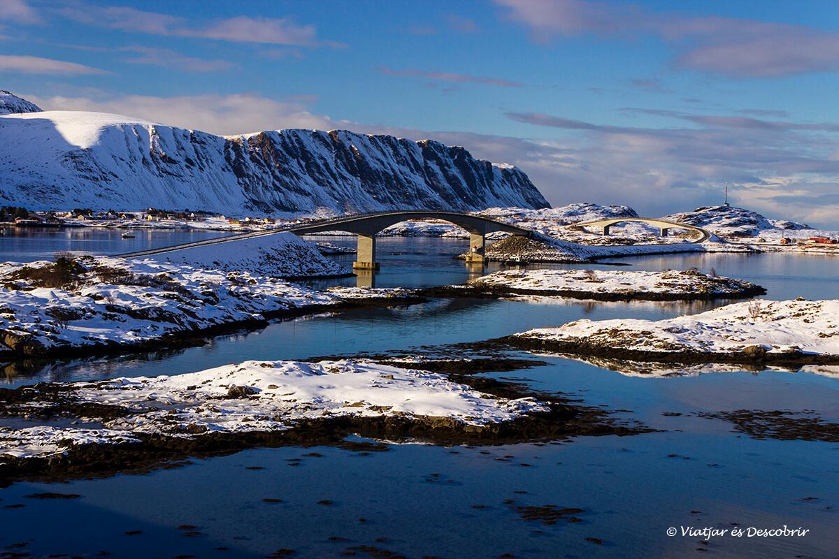 puente conectando las islas Lofoten