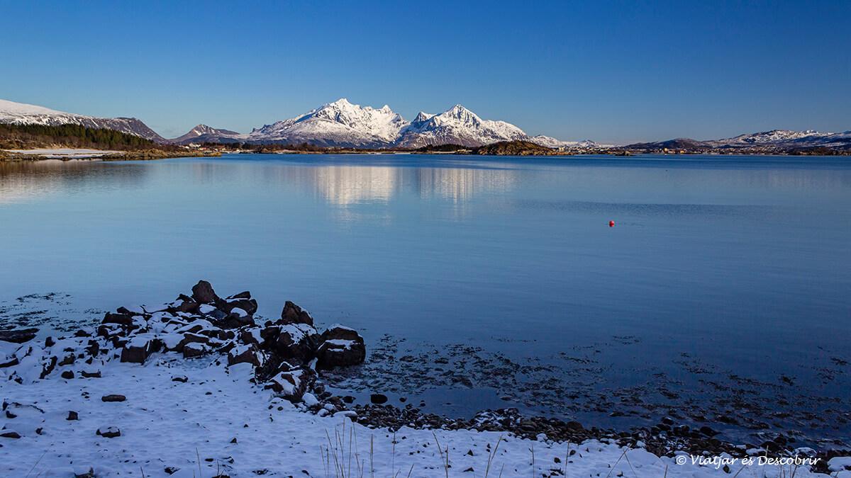 playa en invierno en las islas Lofoten con montañas al fondo