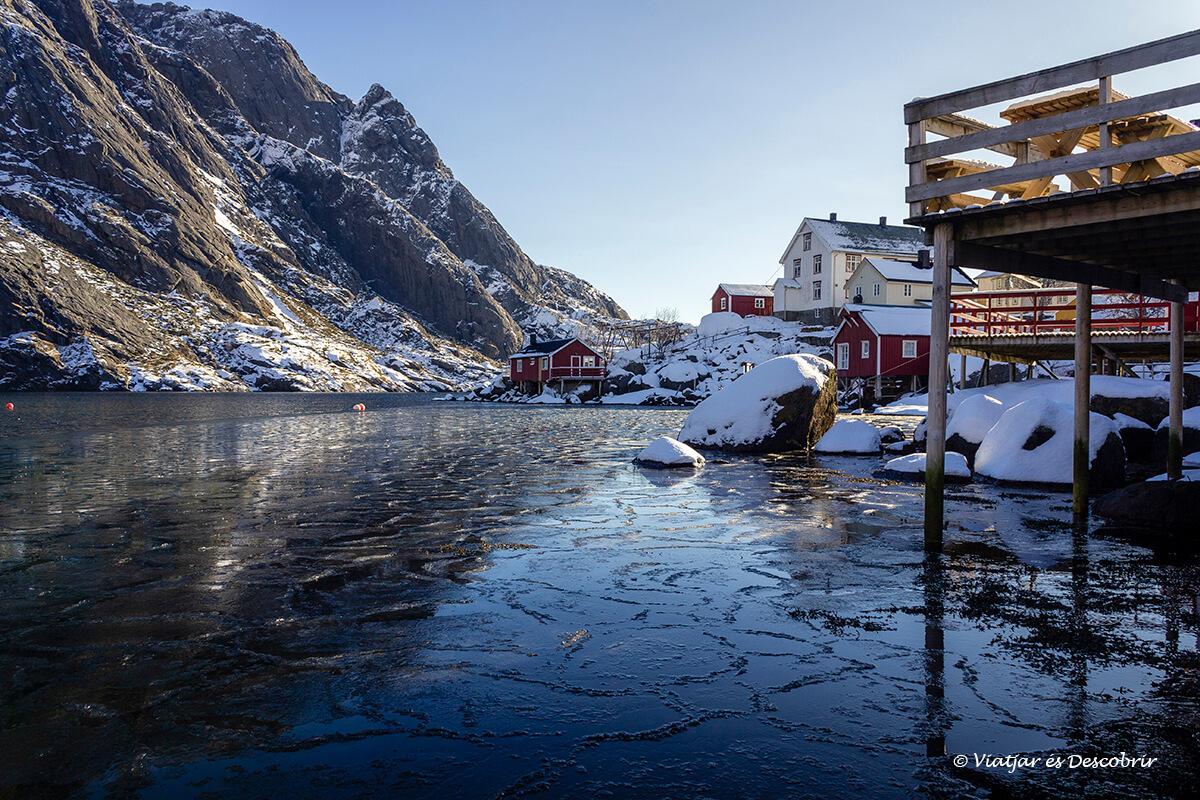 puerto de Nusfjord con el agua helada