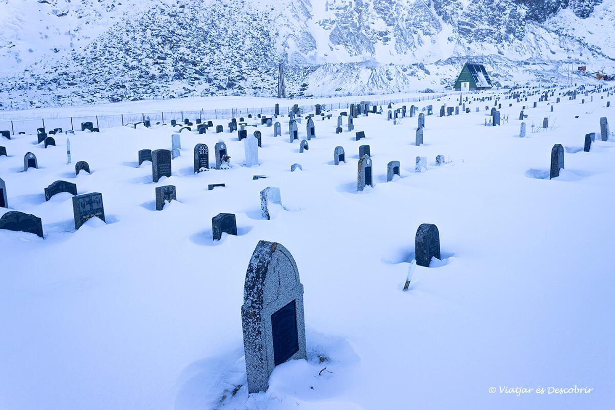 cementerio entre la nieve en las islas Lofoten