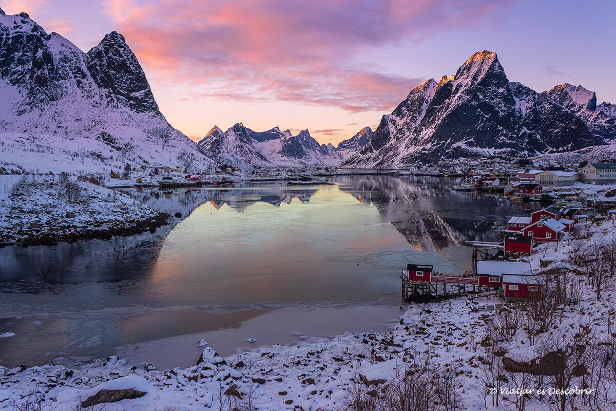puesta de sol entre las montañas de reine