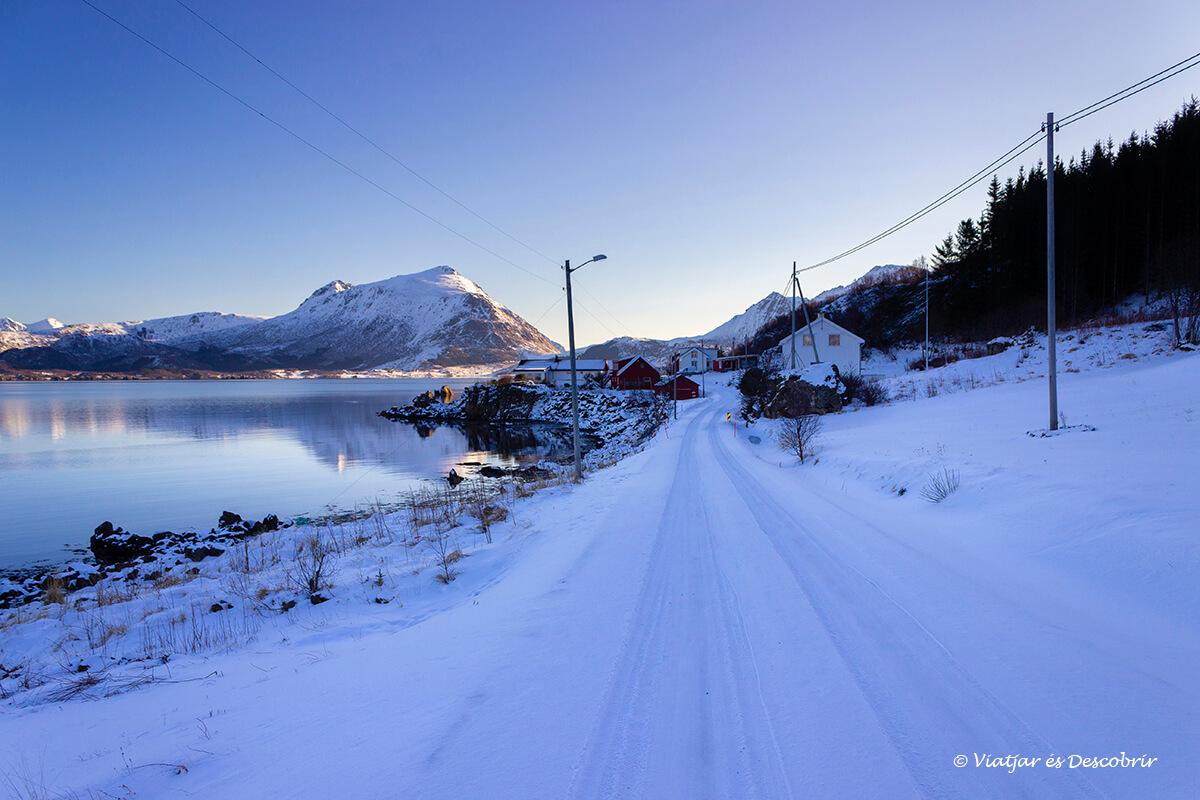 carreteras con nieve durante la ruta en coche por las Islas Lofoten
