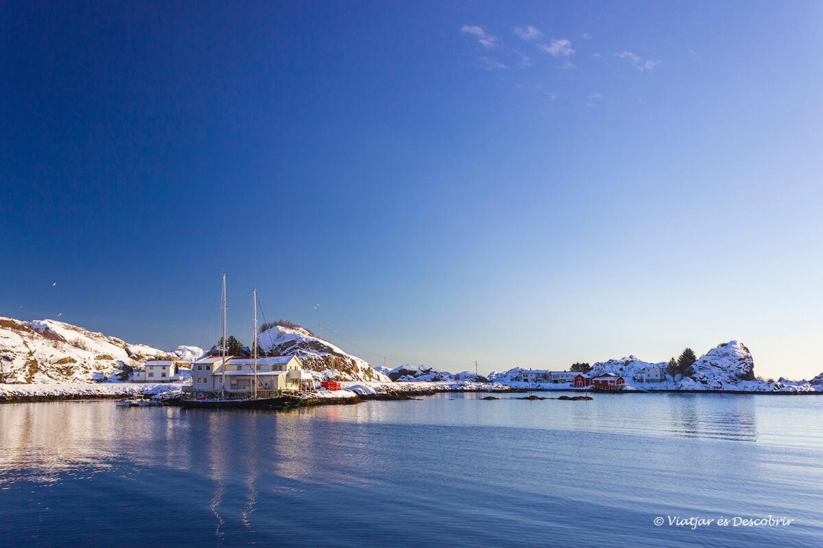 cielo azul durante un día de invierno en la Laponia noruega en coche