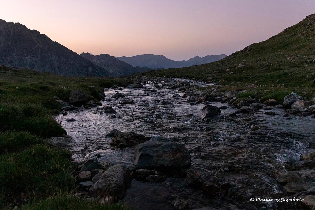 río durante la ascensión al posets en verano