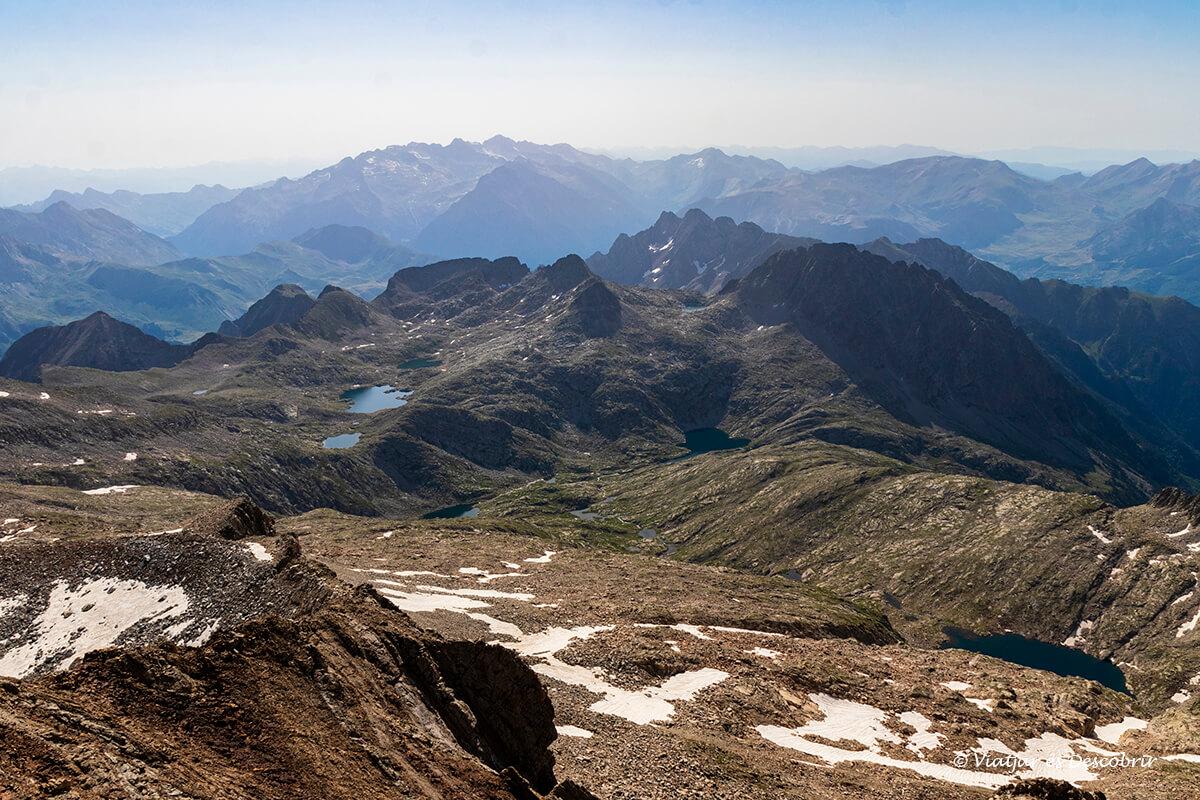 lagos y picos escarpados de los pirineos aragoneses