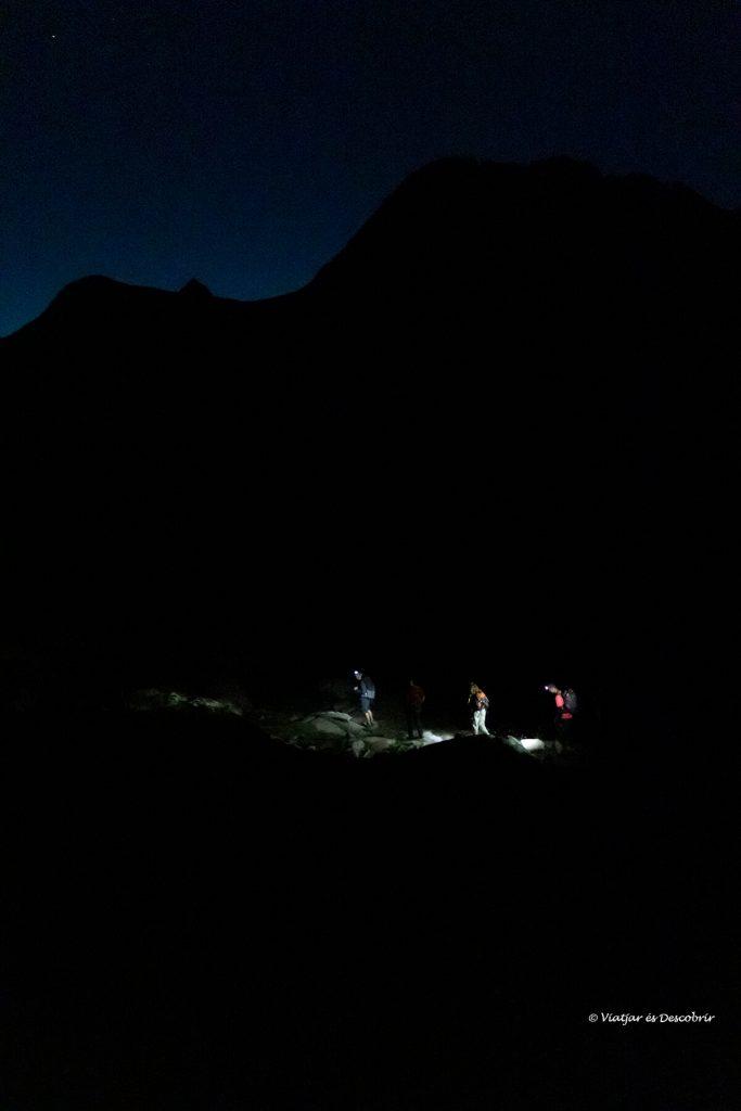 caminando en la oscuridad al inicio del segundo día de la ascensión al posets