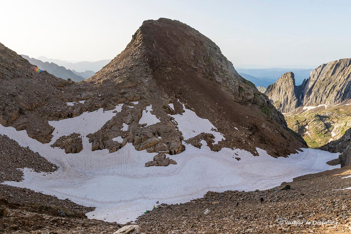 canal fonda con nieve en la primera parte de la ascensión al posets