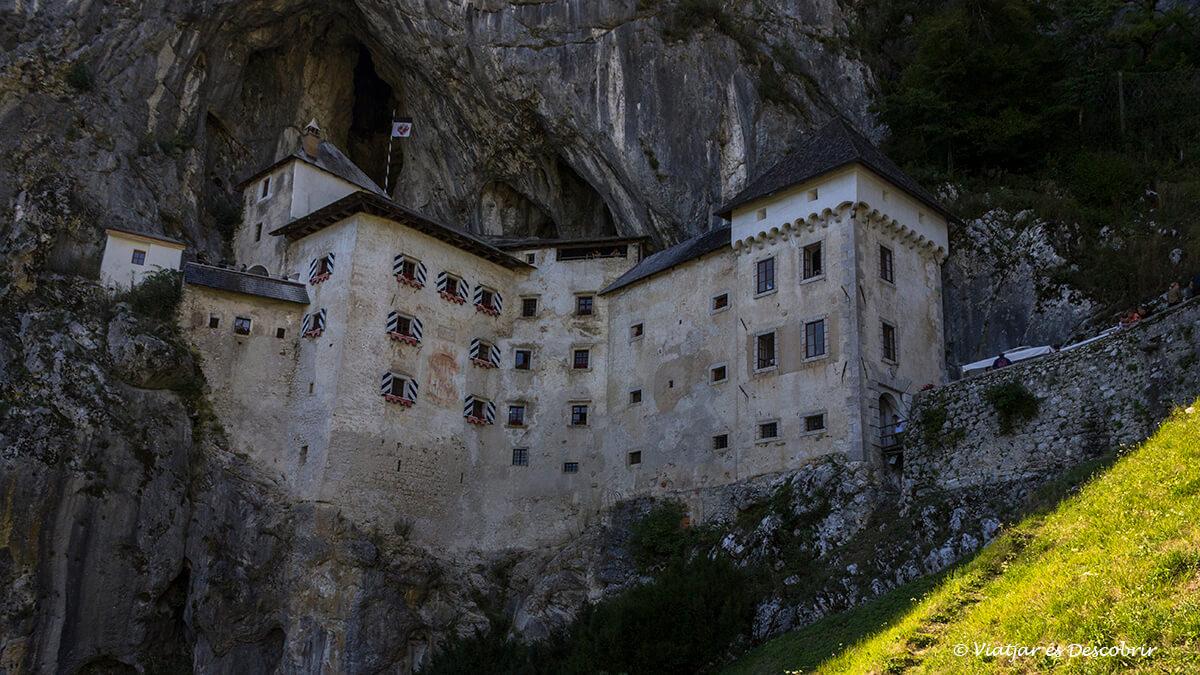 el castillo de Predjama fotografiado desde el exterior
