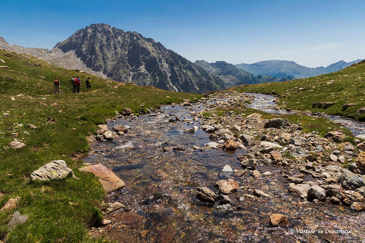 arroyo y valle verde al final de la ascensión al pico posets desde Eriste