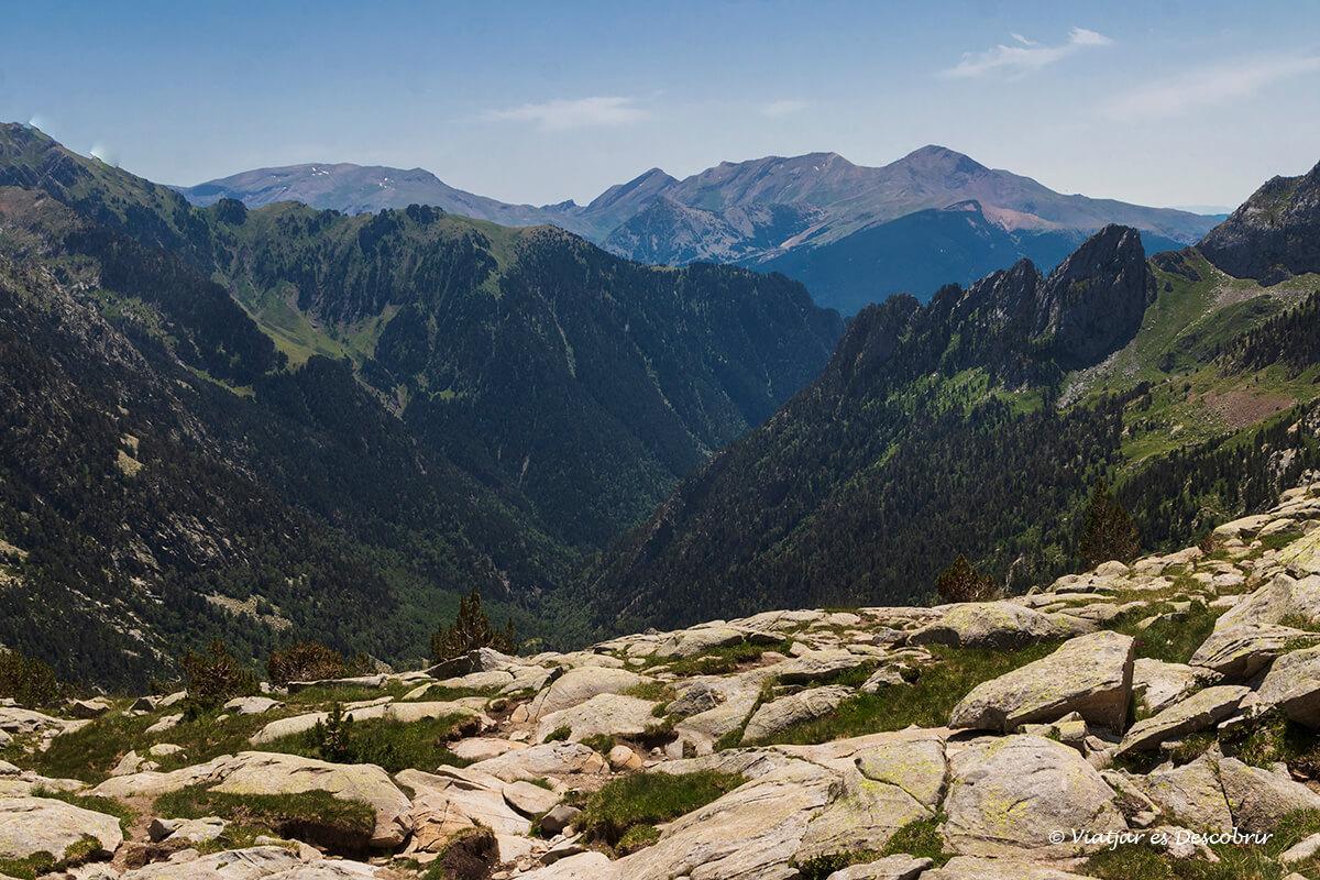 vista del valle de Eriste antes de completar el descenso desde el pico posets