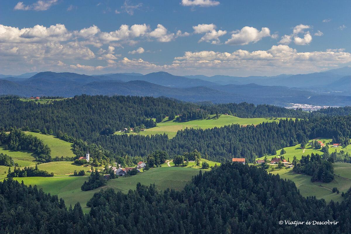 vistas del paisaje desde la colina Vrh Svetih Treh Kraljevo