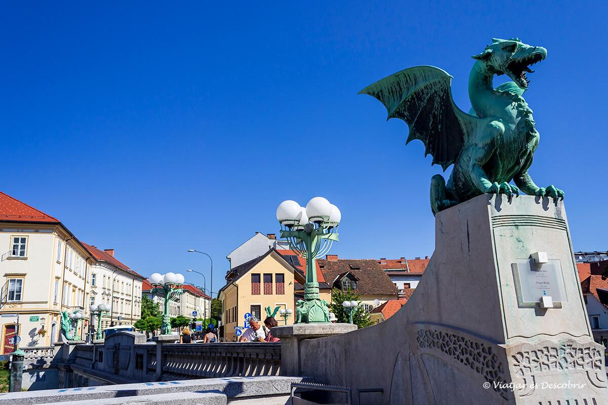 escultura del puente de los dragones a ljubljana