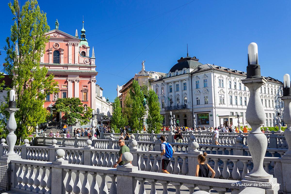 el puente triple en el centro de la capital de Eslovenia