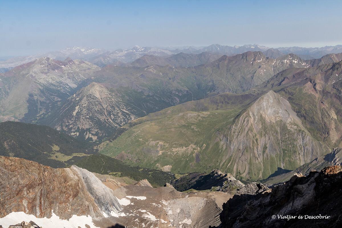 extensión de montañas vistas al completar la ascensión a pico posets