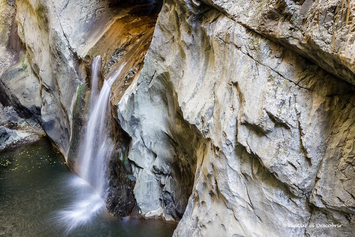 la cueva Škocjan tiene en el exterior algunas cascadas