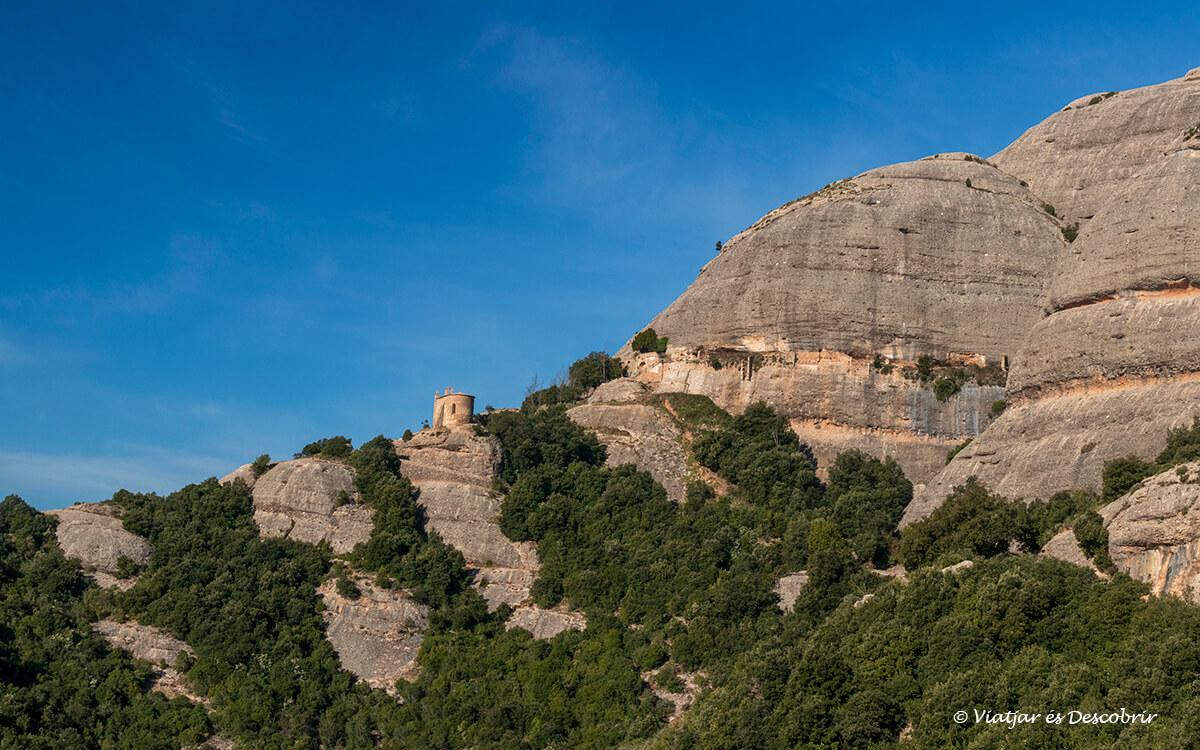 ermitas de montserrat entre las rocas y árboles