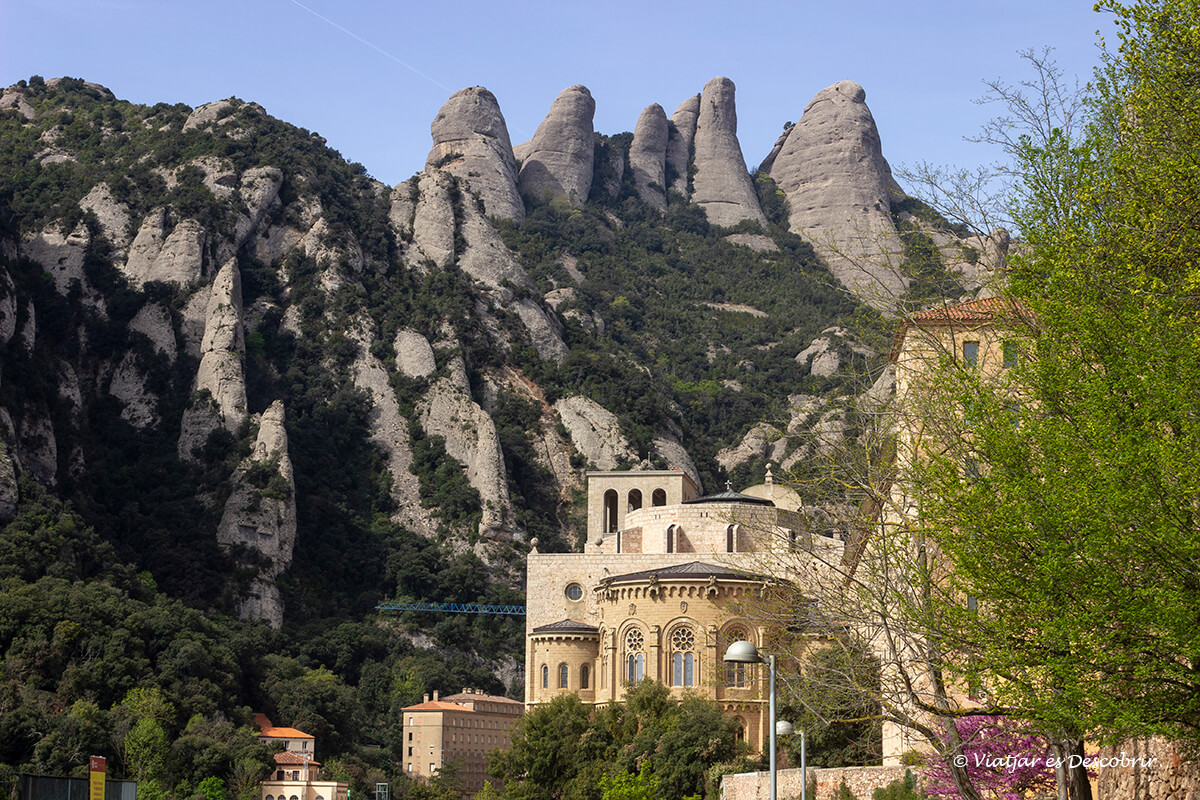 monasterio de montserrat y las agujas en el fondo