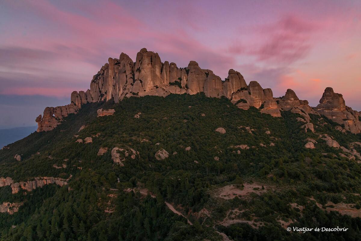 colores de la puesta de sol sobre la montaña de montserrat en Cataluña